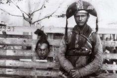 Cangaceiro desertor posa com cabeça de ex-companheiro              samuel orisio