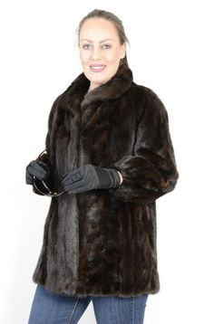 The jacket is in a well-kept and very good condition. The jacket can be closed with hook and hook on the collar and has side pockets. Mink Jacket, Vest Jacket, Jackets For Women, Clothes For Women, Mink Fur, Saga, Beauty Women, Vests, Fur Coat
