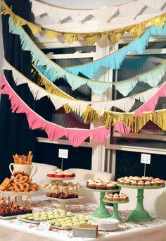 Consigue esta decoración de banderines recortando tiras de flecos de papel. Y no te olvides de llenar la mesa del buffet con confetti de colores! #fiestas #ideasparafiestas #cumpleaños #buffet