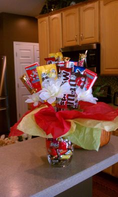 Candy bouquet for Fathers Dad Candy Boquets, Candy Bar Bouquet, Food Bouquet, Gift Bouquet, Cookie Bouquet, Cute Gifts, Diy Gifts, Chocolates, Candy Centerpieces