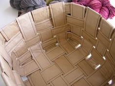 I wonder if it can hold other heavier things since I am not a knitter. Paper Basket, Recycling, Cool Stuff, Sewing, Crafts, Diy, Craft Ideas, Recycle Paper, Kraft Paper
