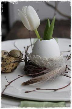 Niedliche Oster Tischdeko mit Eiern und Blumen