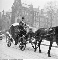 1940 - 1945. Horse-drawn carriage at the Leidseplein in Amsterdam during a snowstorm. Photo Nederlands Fotomuseum / Charles Breijer. #amsterdam #1940 #Leidseplein