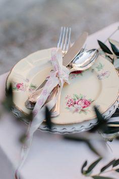 Tip: Doe een vrolijk strikje om je bestek  // Styling: Leontine Lauffer // Foto: Alexandra Vonk