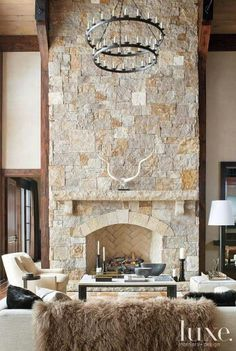 10 Chalet Chic Living Room Ideas For Ultimate Luxury And Comfortable Appeal - Decoholic Chalet Chic, Home Fireplace, Fireplace Remodel, Fireplace Makeovers, Fireplace Ideas, Contemporary Architecture, Interior Architecture, Interior Design, Condo Interior