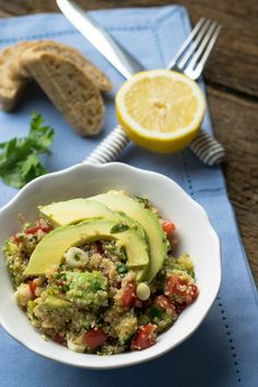 Quinoa Salat mit Avocado und Zitronen-Dressing