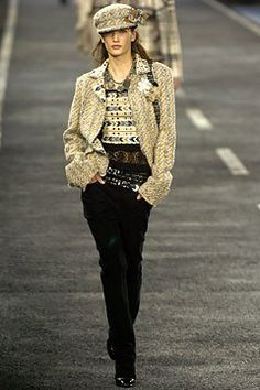 See the complete Chanel Fall 2004 Ready-to-Wear collection.