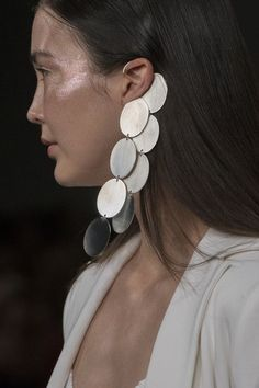 Jewelry Ideas : Paula Knorr at London Fashion Week Spring 2018 – Details Runway Photos Jewelry Trends, Jewelry Accessories, Fashion Accessories, Fashion Jewelry, Jewelry Design, Girls Jewelry, Spring Fashion Trends, Best Jewelry Stores, London Fashion