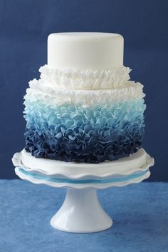 Bolo de casamento com frufrus e babados (ruffled cake) degradê azul.
