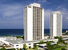 El Hotel Neptuno Tritón, forma parte del Grupo Hotelero Gran Caribe, se encuentra muy cerca del mar en el muy conocido barrio de Miramar, en la parte occidental de Ciudad de La Habana. Las habitaciones-la mayoría de las cuales tienen vista al mar – combinan la eficiencia de lo funcional con el confort, y las obras de destacados pintores cubanos adornan los pasillos. #hotel #cuba #habana