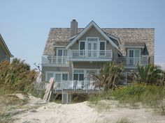 I was start this thread because I think that It would be interesting to see what kind of houses are built in the US thru the history. Usa House, Beachfront House, Dream Beach Houses, Coastal Homes, Coastal Living, Beach Bungalows, House Goals, Cottage Homes, Beach Cottages