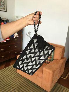 Wayuu clutch modelleri, wayuu clutch model, model from model wayuu clutch model. Crochet Clutch Bags, Crotchet Bags, Crochet Purse Patterns, Crochet Purses, Knitted Bags, Wiggly Crochet, Crochet Yarn, Tapestry Bag, Tapestry Crochet