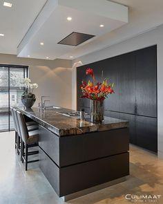 Modern villa with warm character Luxury Kitchen Design, Kitchen Room Design, Contemporary Kitchen Design, Home Decor Kitchen, Modern House Design, Interior Design Kitchen, Casa Loft, Open Plan Kitchen Living Room, Kitchen Trends