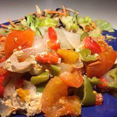 Ensalada, verduras y atún en el Lekue al horno.