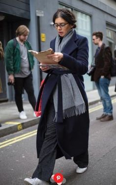 50 best street style looks from London Fashion Week so far Keeping it simple in navy and grey basics, plus trusty white trainers Mode Outfits, Fashion Outfits, Fashion Trends, Style Fashion, Classy Fashion, Fashion Weeks, Petite Fashion, French Fashion, Indian Fashion