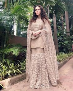 Ropa Tutorial and Ideas Party Wear Indian Dresses, Designer Party Wear Dresses, Pakistani Wedding Outfits, Kurti Designs Party Wear, Dress Indian Style, Indian Designer Outfits, Bridal Outfits, Pakistani Dresses, Indian Outfits