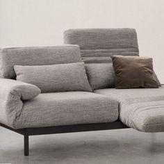 Ein Sofa. Viele Gesichter. Rolf Benz PLURA ist ein Multifunktionssofa, das sich jederzeit Ihren persönlichen Komfortwünschen anpasst. Aufrechtes Sitzen, entspanntes Relaxen oder bequemes Schlafen - mit nur wenigen Handgriffen lässt sich das Sofa in Ihre gewünschte Lieblingsposition bringen.  Jetzt bei uns in der Aktion: Alle Stoffe. Ein Preis. Der Günstigste. #rolfbenz #plura #funktionssofa #couch #eckgarnitur #recamiere #relaxsofa #liegerücken #stoffaktion #preisvorteil #huelsdieeinrichtung Benz, Love Seat, Living Room, Interior, Design, Furniture, Home Decor, Game Room, Tv Unit Furniture