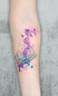 Choosing a tattoo style is not an easy task, since it is something remarkable in their lives. One of the most current styles is the tattoo watercolor that plays with the color transition. Mini Tattoos, Body Art Tattoos, Small Tattoos, Sleeve Tattoos, Bookish Tattoos, Nerdy Tattoos, Literary Tattoos, Pretty Tattoos, Unique Tattoos