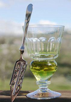 Cuchara y copa típicas. En el fondo de la copa se ve la absenta antes de la adición del agua.