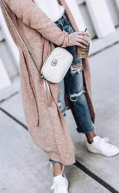 Nude bag | Nude cardigan | White sneakers | Jeans | Inspo | More on fashionchick.nl