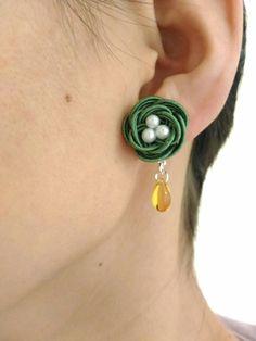 花水引 秋色 ゆらゆら揺れる小花のノンホールピアス カーキ Mini Things, Weaving Art, Rope Necklace, Brooches Handmade, Diy Earrings, Paracord, Sewing Hacks, Basket Weaving, Bag Accessories