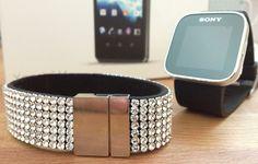 Erhielt eben ein Päckchen von der Firma Sony. Inhalt: Eine Sony Smart Watch, das passende Swaroski-Armband und das neue Windows Smartphone Xperia V.    Zeit die Smart Watch zu testen: Bis zum 5.4.