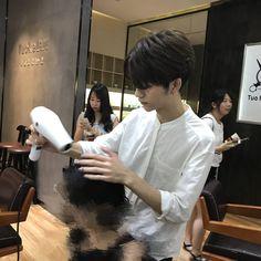 Sở hữu ngoại hình điển trai như idol, nam nhân viên tiệm làm tóc bất ngờ nổi tiếng trên MXH