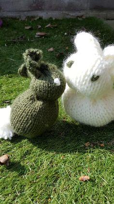 konijntje Knitted Dolls, Garden Sculpture, Needlework, Bunny, Diy Crafts, Knitting, Outdoor Decor, Animals, Beer