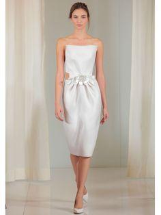 Korte strapless trouwjurk met kokerrok tot onder de knie- Elle Nederland