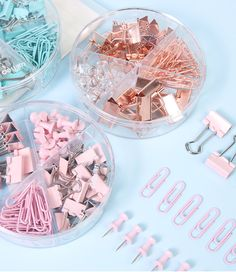 Organize your papers, documents and desk easily with a set of push pins, paper clips and binder clips. The sets come in pastel pink, blue and rose gold and include push pins, paper clips and binder clips of two different sizes. Stationary Organization, Stationary Supplies, Stationary School, Cute Stationary, School Stationery, Stationery Set, Stationary Items, Stationary Design, Menu Design
