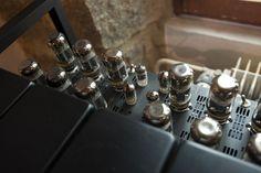 Le Baron est un ampli audio stéréo 2x150W datant du milieu des années 90. Il a été produit à 477 exemplaires. Produit rare et d'exception. Power: 2x 150W / 2x 60W (triode) Number of Channels: 2 Controls per Channel: Front Panel: Meter (Bias/Balance/0dB=15W/0dB=150W), Power, StandBy, Meter Light On/Off Rear Chassis: Pentode/Triode (x2), Ground Lift Connectors per Channel: Input: 3-pin XLR, RCA Speaker Outputs: 8 Ohms, Common, 4 Ohms Tubes per Channel: 2x 12AX7A + 6x 5881 Input Impedance: 60…