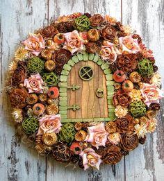 Tündérajtós Ajtódísz Pine Cone Art, Fairy Crafts, Wreaths And Garlands, Fall Bouquets, Diy Wreath, Home Crafts, Fall Decor, Christmas Wreaths, Floral Wreath