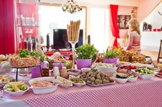 Salaattipöytä juhlahetkeen Food And Drink, Table Settings, Menu, Yummy Food, Table Decorations, Baking, Furniture, Home Decor, Denmark