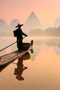Chinese fisherman fishing in Li Jang River with cormorant birds Guilin - China Chinese Painting, Chinese Art, Landscape Photography, Nature Photography, Tao Te Ching, Guilin, In China, Foto Art, China Travel