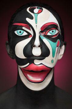 Esta fotografía es el resultado de la colaboración entre la artista del maquillaje Valeriya Kutsan y el fotógrafo ruso Alexander Khokhlov. Las caras de las modelos fueron transformadas con una ilusión óptica a través del maquillaje en retratos bidimensionales.