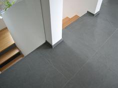 Schiefer-Fliesen Grey Slate verlegt an einer Holztreppe