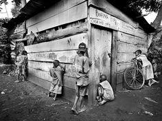 "Leslie Alsheimer ""Peekers at the Bofina Pub, Kybira Village, Uganda"" Social Photography, People Photography, Art Photography, We Are The World, The Real World, Wonders Of The World, Uganda, Black And White People, National Geographic Travel"