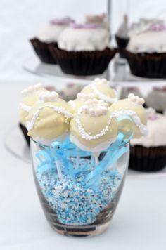 Diese Cakepops durften zur Verzierung in eine Hochzeitskleid schlüpfen.