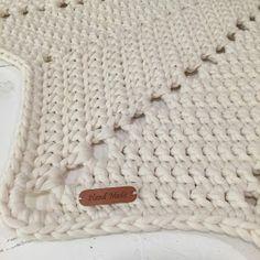 Tähtimatto Halkaisija: n. 130 cm Paino: n. 2,8 kg Kude: luonnonvalkoinen trikookude Virkkuukoukku: 8 mm kjs = ketjusilmuk... Crochet Home, Knit Crochet, Merino Wool Blanket, Home Deco, Sewing, Knitting, Handmade, Crafts, Diy