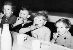 BELGIAN REFUGEE CHILDREN LONDON ENGLAND 1940 (D 944)