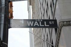 Wall Street situata nel quartiere di Manhattan, ospita la prima sede permanente della Borsa di New York.Il nome della strada deri. Image from globemy.com