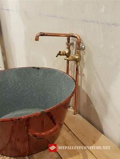 Jordan Monsciani nutzte einen alten Topf und baute die Möbel mit Palettenplanken. Er hat dieses rustikale Stück für sein Waschbecken entworfen. Sowohl das Rohr als auch der Hahn sind mit Kupfer her…