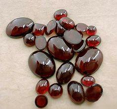 Granada- equilibra a sua energia natural. Uma pedra altamente protetora. Aumenta a confiança e a segurança.