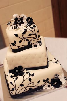 Black and White Hawaiian cake by layersoflove, via Black And White Wedding Cake, Black Wedding Cakes, Purple Wedding, Gold Wedding, Rustic Wedding, Black White, Pretty Cakes, Beautiful Cakes, Amazing Cakes