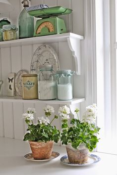 Vintage Kitchen VIBEKE DESIGN is a site in either sweden or norway (just a guess). Love the white geraniums in terracotta. Cottage Living, Cottage Chic, Cottage Style, Country Decor, Farmhouse Decor, Graphisches Design, Design Trends, Vibeke Design, Terracota