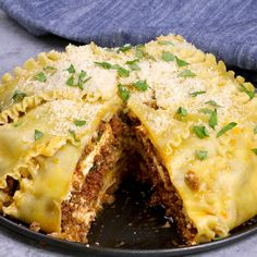 Party Lasagna A perfect way for a crowd to enjoy the pleasure of lasagna All you need is a few simple ingredients lasagna noodles ground beef onions garlic ricotta chees. Casserole Recipes, Pasta Recipes, Beef Recipes, Cooking Recipes, Lasagna Recipes, Lasagna Pie Recipe, Ground Beef Lasagna Recipe, Lasagna Recipe Videos, Tasty Lasagna