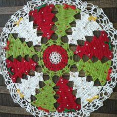 Vintage granny square christmas tree free crochet pattern v Crochet Doily Patterns, Thread Crochet, Crochet Designs, Crochet Crafts, Crochet Doilies, Crochet Flowers, Crochet Projects, Free Crochet, Christmas Projects