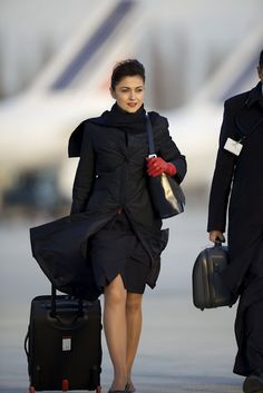 why can't I look chic when I get off my flights! I look wind screwed not hair perfectly blowing into the wind! Damn those Air France girls. Air France, Air Hostess Uniform, Airline Cabin Crew, Airline Uniforms, Flight Attendant Life, Flight Deck, Girls Uniforms, How To Wear Scarves, Attendance