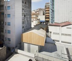 THE PROJECT A building at the ground floor 5 meters wide and 20 long with generous walls of lava stone stands on a shaped core of lava, residue of buildings massive '70s; only two openings diagonal, north-‐east towards the gardens of the district