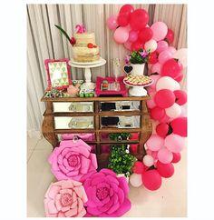 Festa adulto, feminina, em tons de rosa e com arco de balões desconstruído. Decoração Blue Joy Festas e Eventos. #arcodesconstruido #floresdepapel